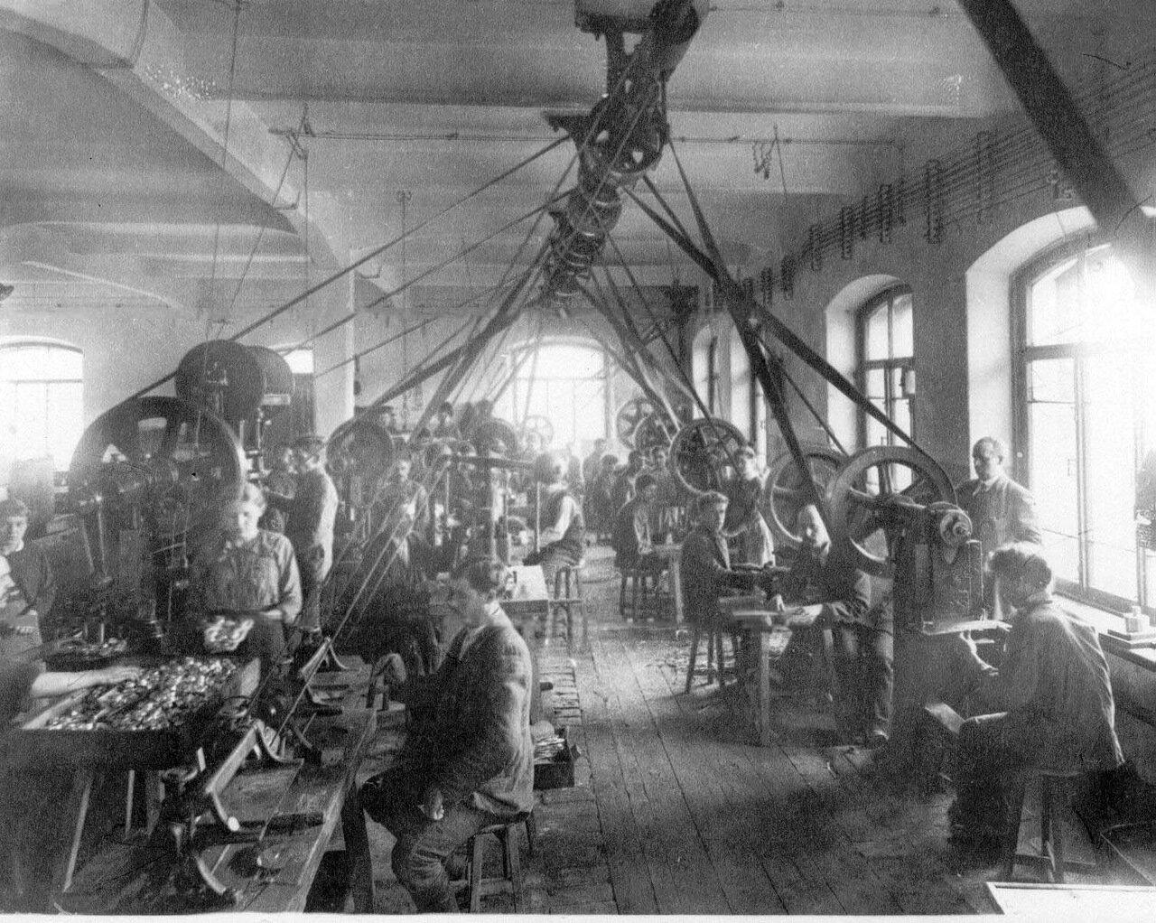 10. Рабочие фабрики за изготовлением противогазов. 1916