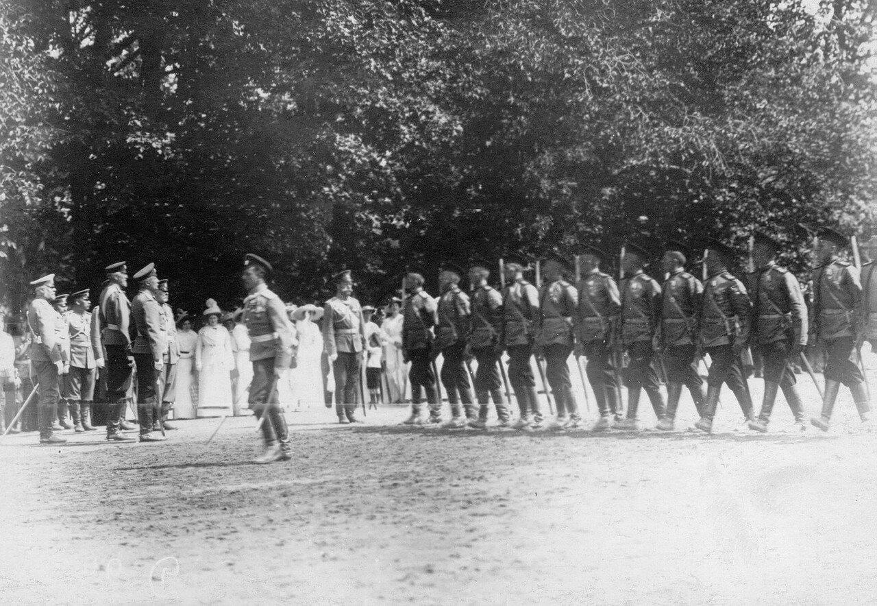 33. Подразделение полка конных разведчиков проходит мимо императора Николая II, принимающего парад. Петергоф. 29 июня 1913