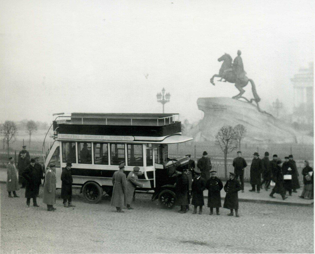 Двухъярусный автобус на площади Петра Первого, перед Медным всадником