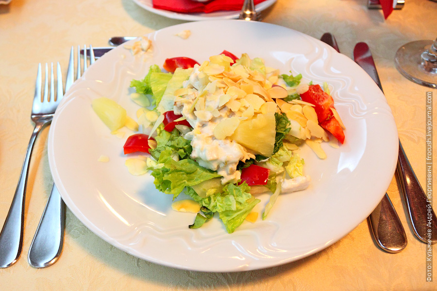 Салат «Душечка» с курицей (китайский салат, консервированный ананас, болгарский перец, орех, майонез)
