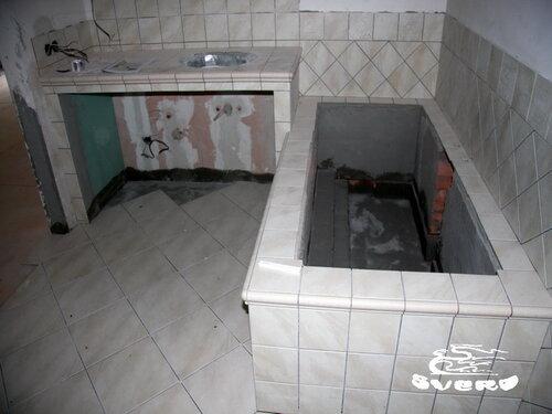 облицовка плиткой в разных направлениях, экран ванны, столешница под умывальник