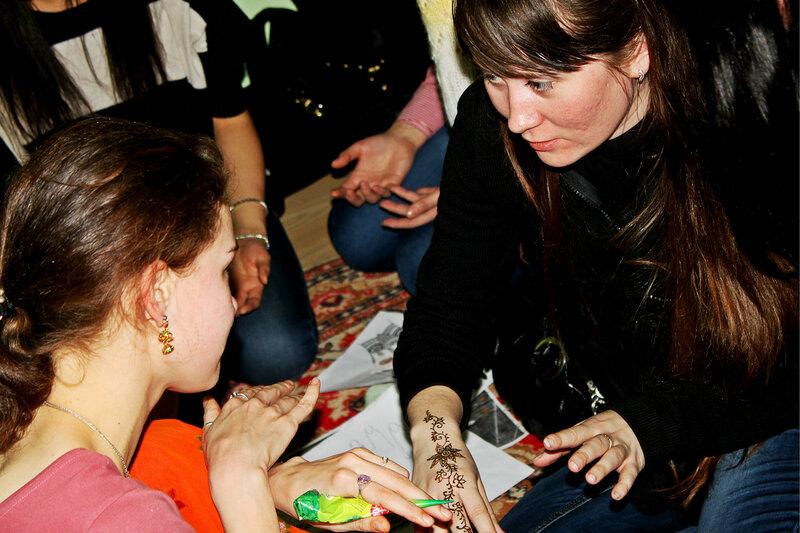 Роспись тела хной, интерактивное шоу 'Арт-ликбез', Саратов, 04 февраля 2012 года