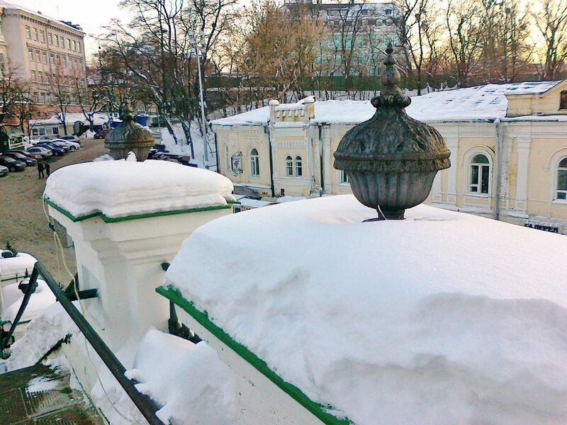 Перила Андреевской церкви под снегом