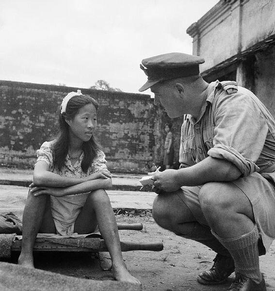 офицер проверяет лицензию у японской проститутки