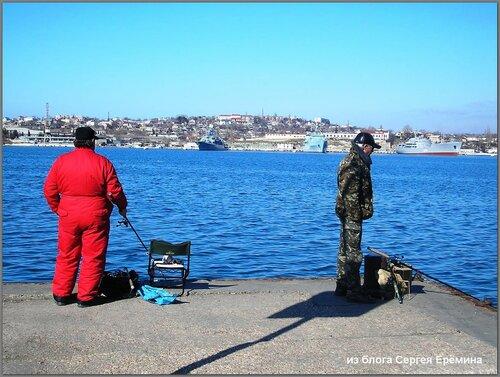 Рыболовы на причале