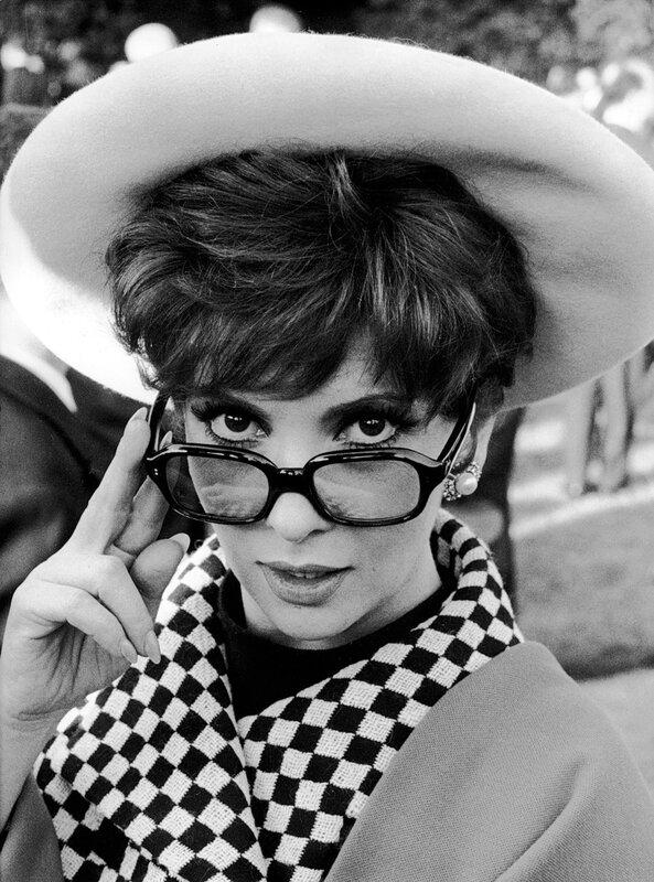 Gina Lollobrigida mit Hut und Brille, 1966
