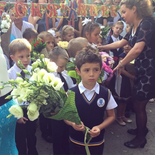 Санта Димопулос повела сына в первый класс в шикарном наряде