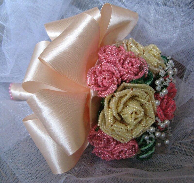 Букет из роз и гипсофилы.  Цветы сделаны из бисера, бусин и проволоки.  Использовались ленты.
