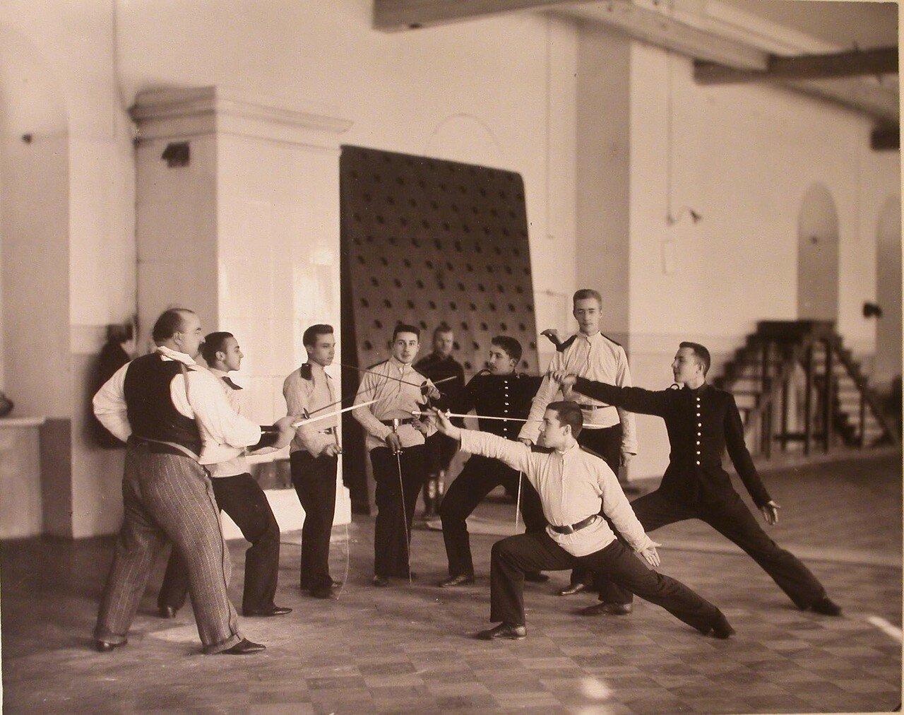 07. Группа воспитанников старшеклассников кадетского корпуса с преподавателем во время урока фехтования