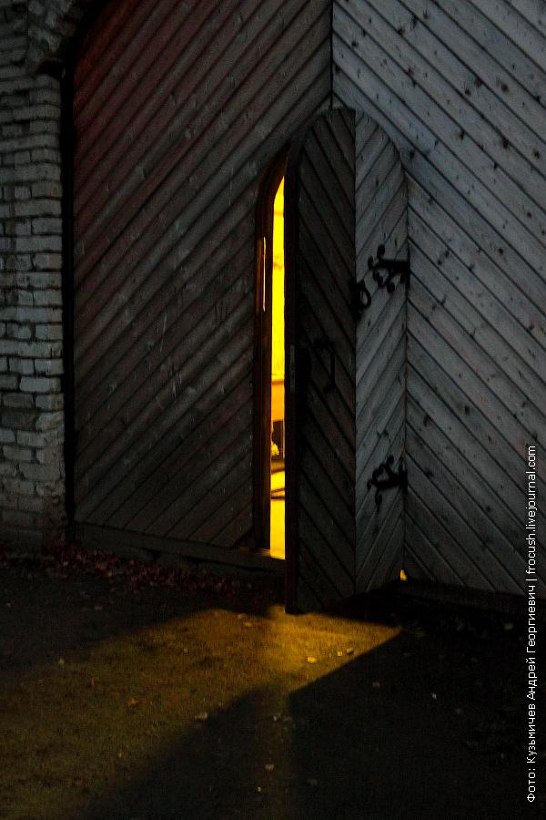 За этой дверью трудятся гончар и кузнец