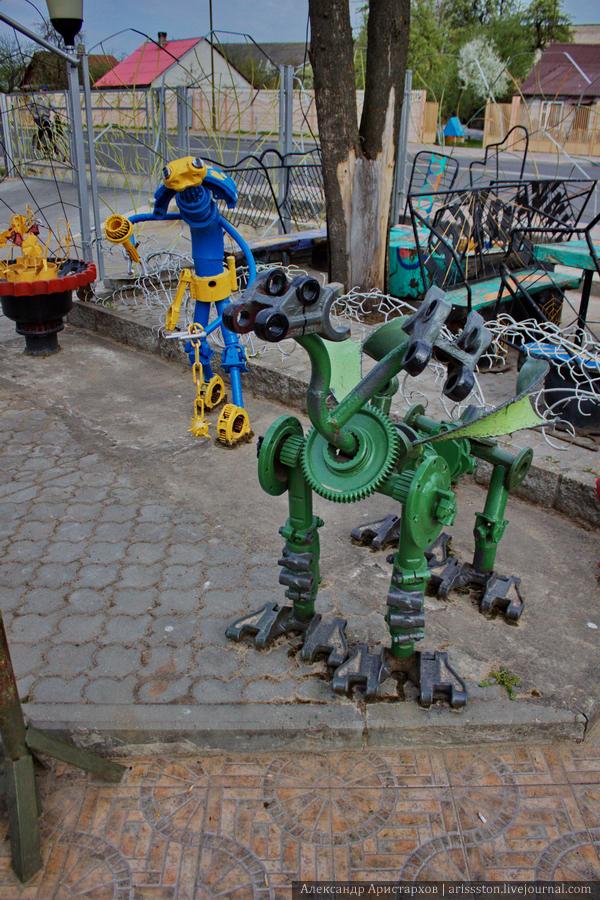 Детская площадка из металлолома