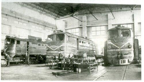 Тепловозы 2ТЭ10Л и ТЭ3 в депо Петропавловск, 1970-е.jpg