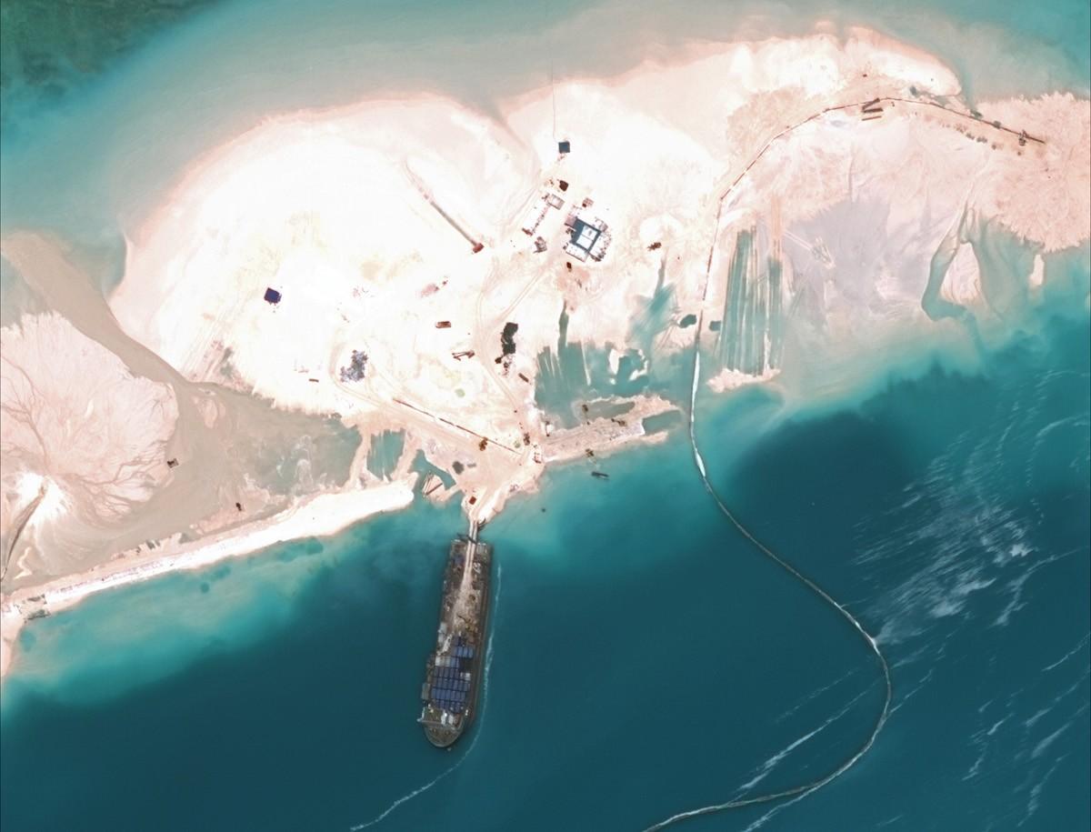 6. Китай с помощью песка и бетона на данном этапе создал более 1,5 кв. км суши в районе Спратли. Фак