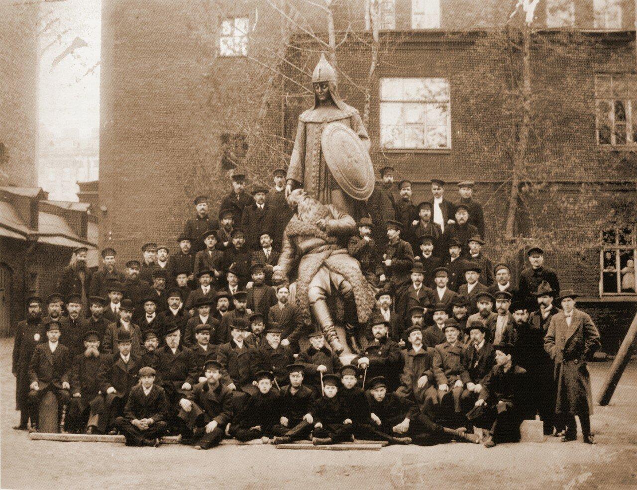 Адамсон и работники фирмы Верфель у скульптуры «Сусанин и Россия»