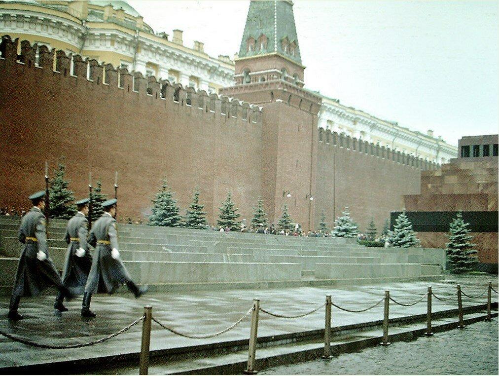Каждый час происходит смена караула. Это зрелище для гостей Москвы не менее привлекательное, чем смена караула у Букингемского дворца в Лондоне