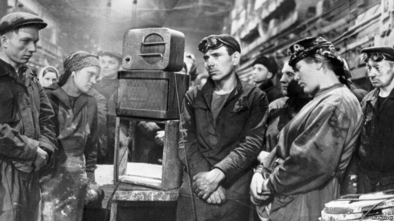 1953 Рабочие завода Динамо слушают сообщение о смерти Иосифа Сталина.jpg