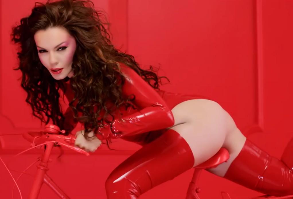 девушка в красном латексе