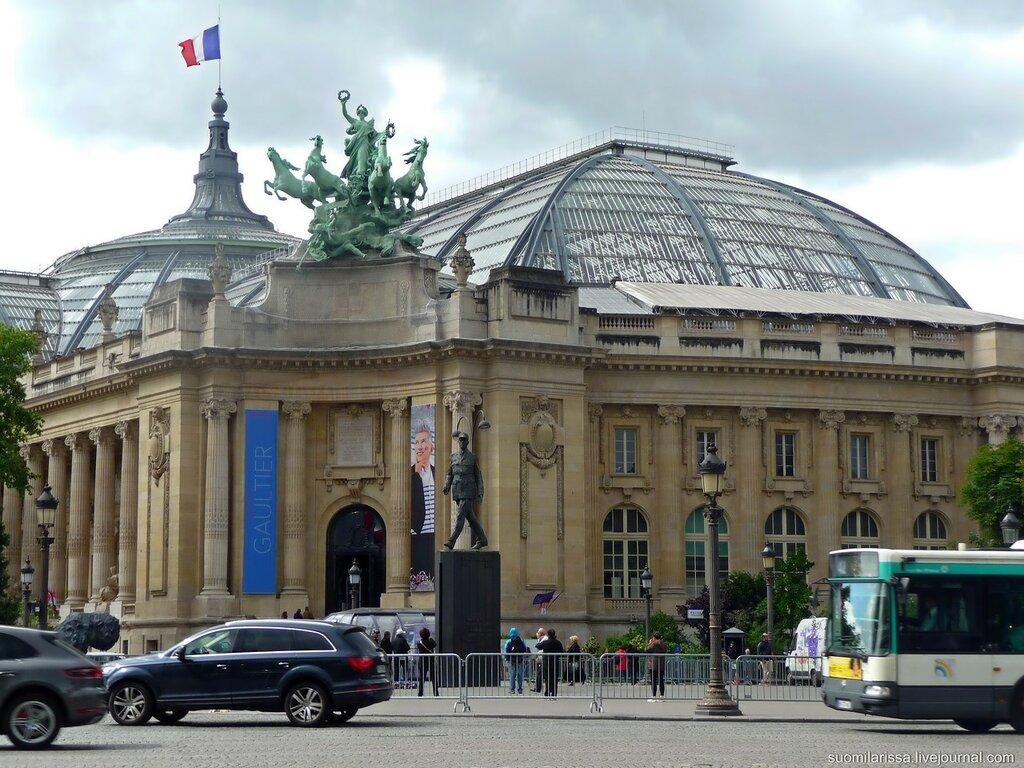 Памятник де Голлю.