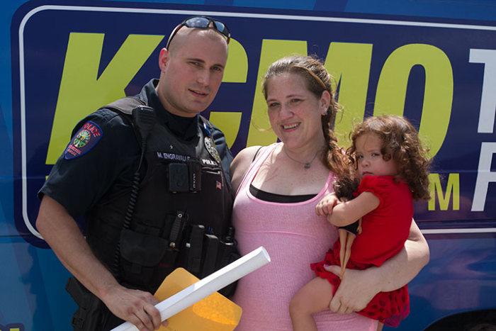 Полицейский помог женщине, которую он должен был арестовать
