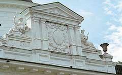 Фронтон дворца