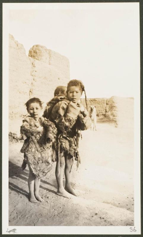 Дети-нищие на дороге