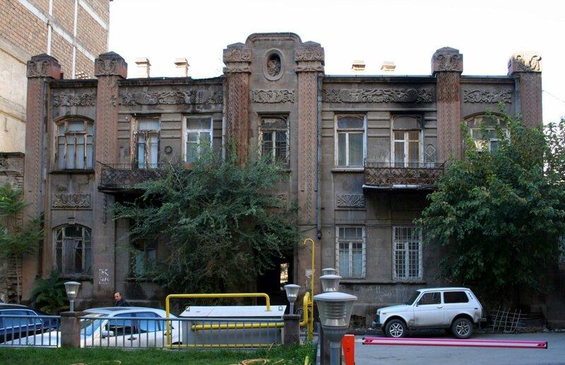 Ереван. Ул. Теряна. Модерн