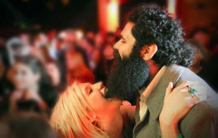 С маске в будит парень бородой девушку