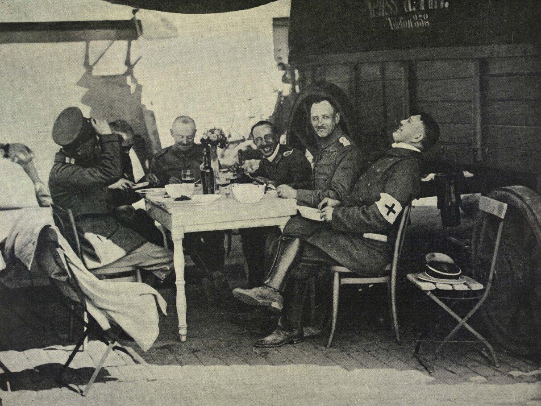 Германские офицеры завтракают в Льеже после его разграбления