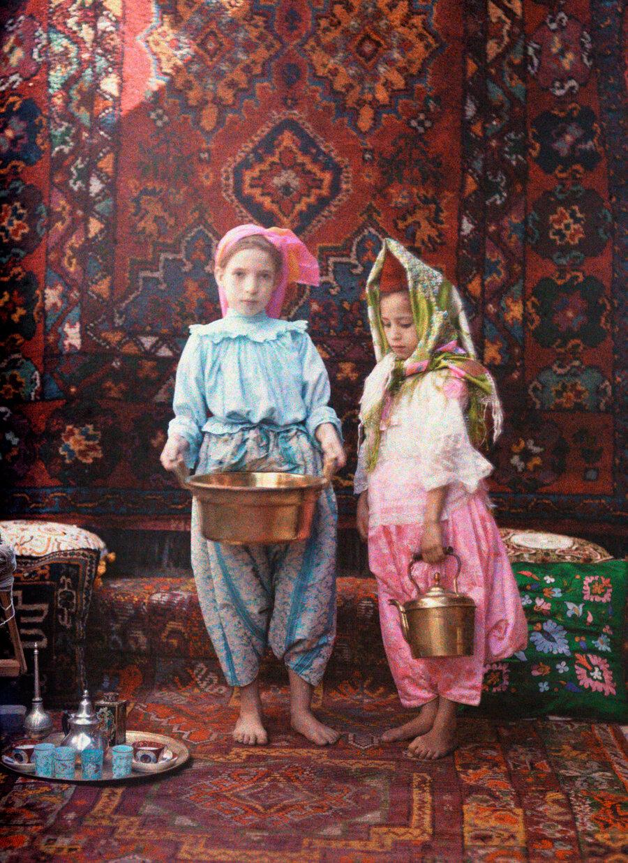 1928. Алжир. Дети, прислуга в арабской закусочной