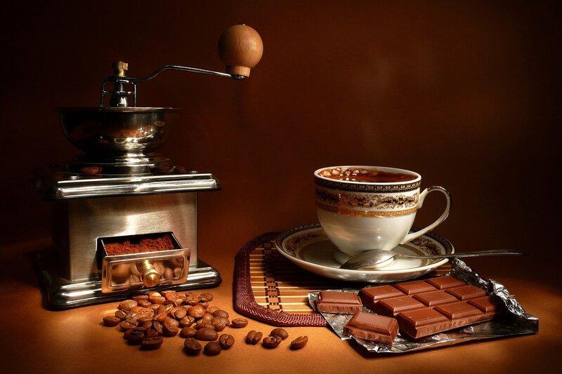 Кофемолка,зерна кофе,шоколад,чашка кофе.
