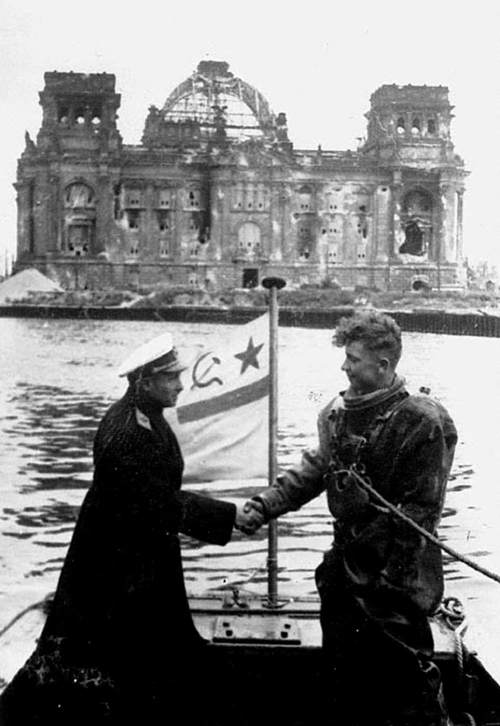 Контр-адмирал Ф.И.Крылов награждает орденом водолаза, разминирующего реку в Берлине.jpeg