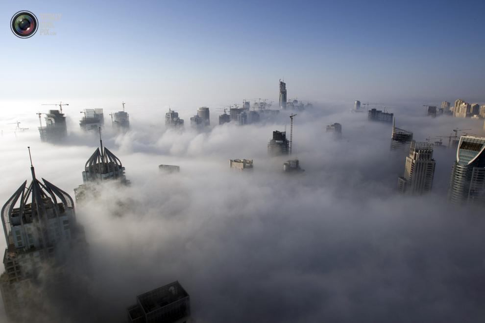 12. Сильный туман рано утром рядом с набережной Дубая. (REUTERS/Steve Crisp)