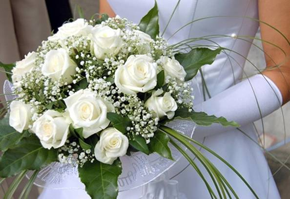 Букет из белых роз на свадьбу в подарок 60