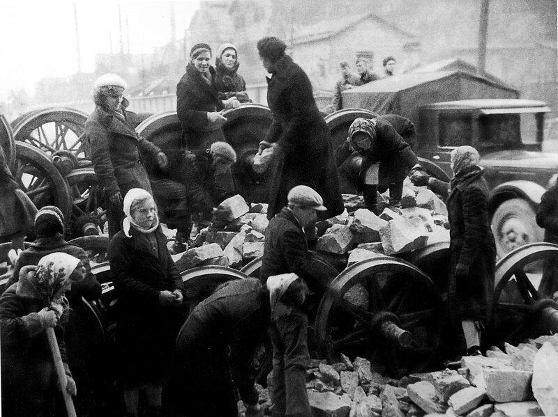 Ленинградцы на строительстве баррикады у Кировского завода на проспекте Стачек