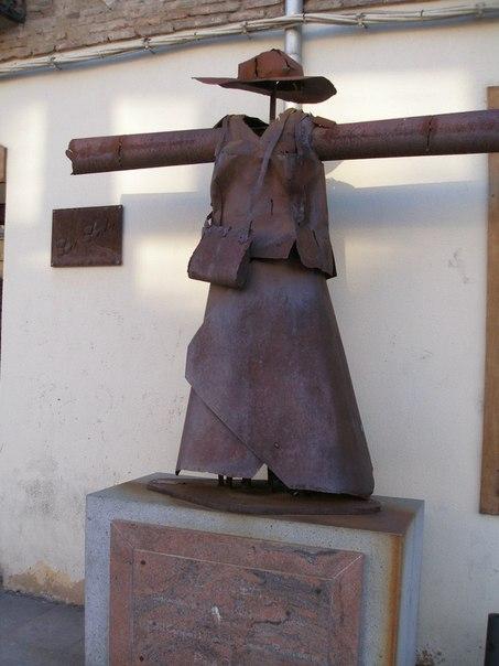 Памятник женскому платью (Лион, Франция)