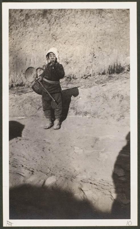 Курящий ребенок в Ганьчжоу (ныне - провинция Шэньси, уезд Ганьсянь)