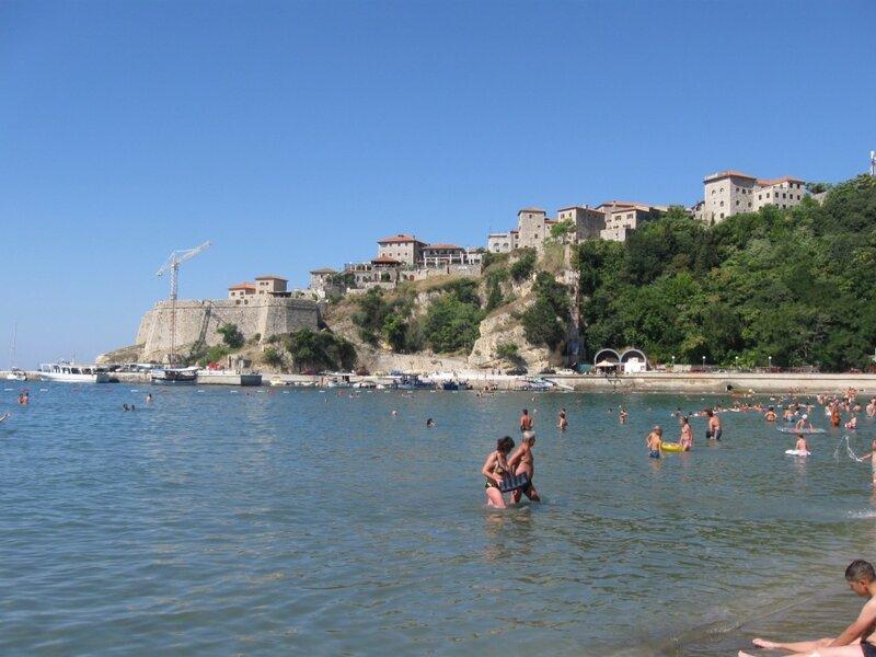 Улцинь. Городской пляж. Вид на Старый город