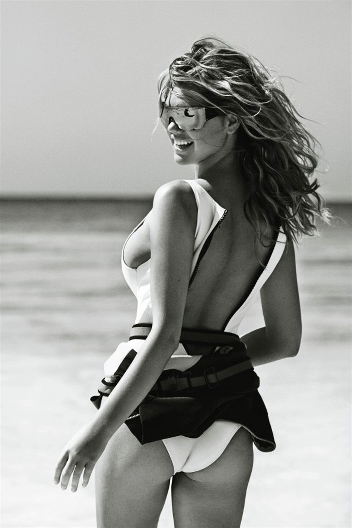 на пляже с Кейт Аптон / Kate Upton by Mario Testino in Vogue UK june 2014