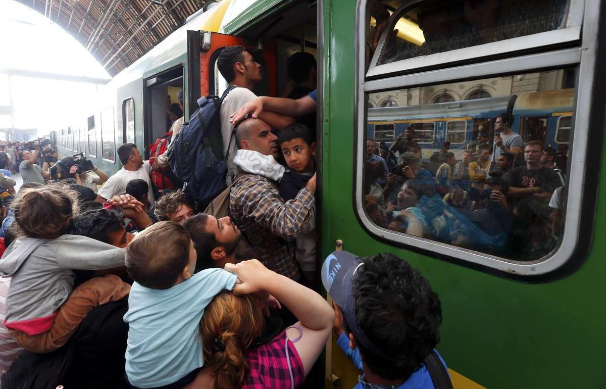 Штурм Будапешта: Мигранты с Ближнего Востока на ж/д вокзал венгерской столицы (20)