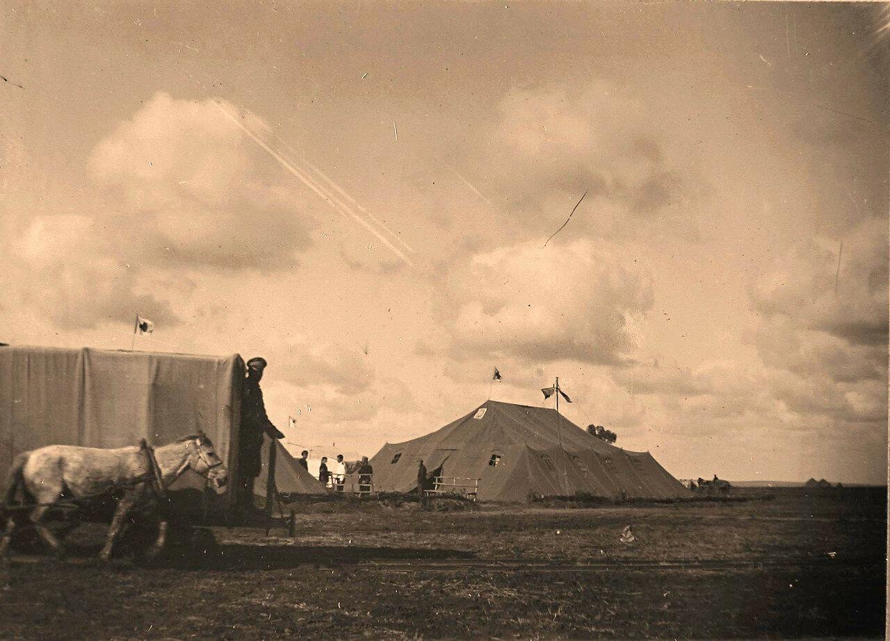 10. Вагонетка конной железной дороги подвозит раненых к палатке, где размещался лазарет