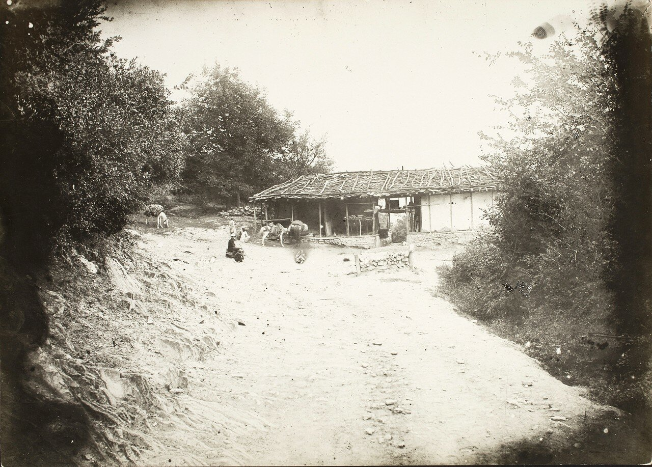 Западный путешественник возле хижины