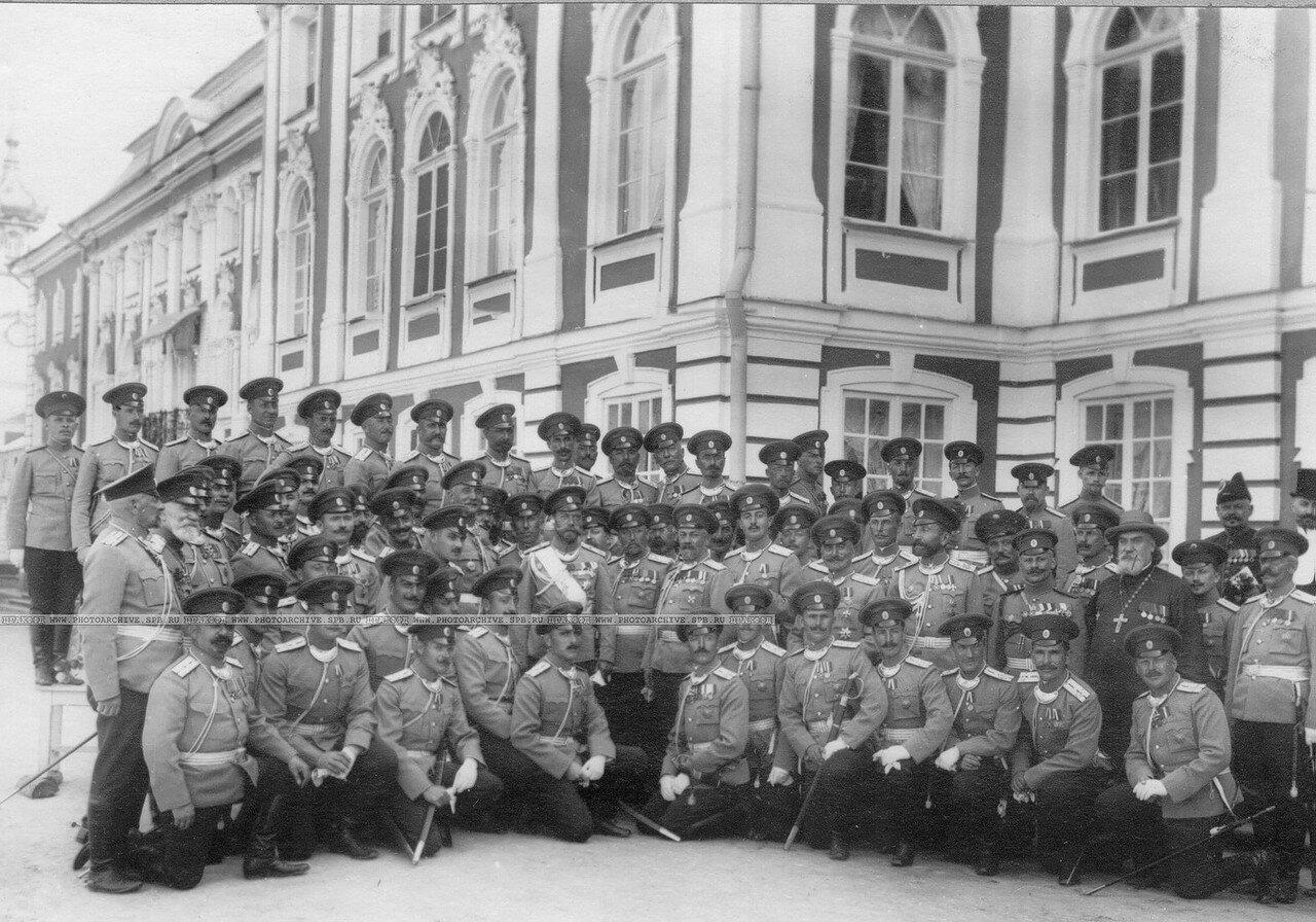 40. Группа офицеров полка у Петергофского дворца с императором Николаем II. Петергоф. 1913