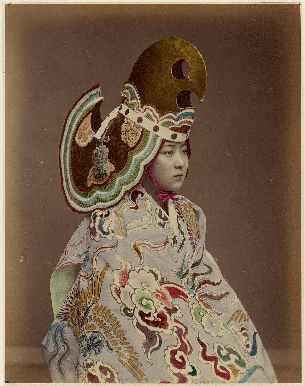 Исполнитель в костюме стиля Бугаку. 1880
