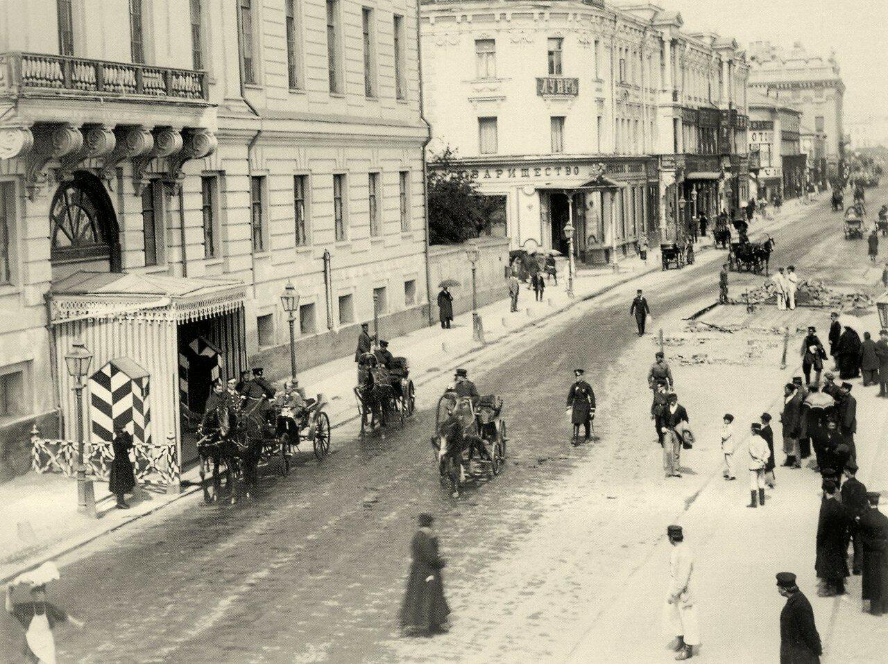 260. Тверская улица. Слева дом генерал-губернатора, чуть далее гостиница «Лувр». 1875-1877