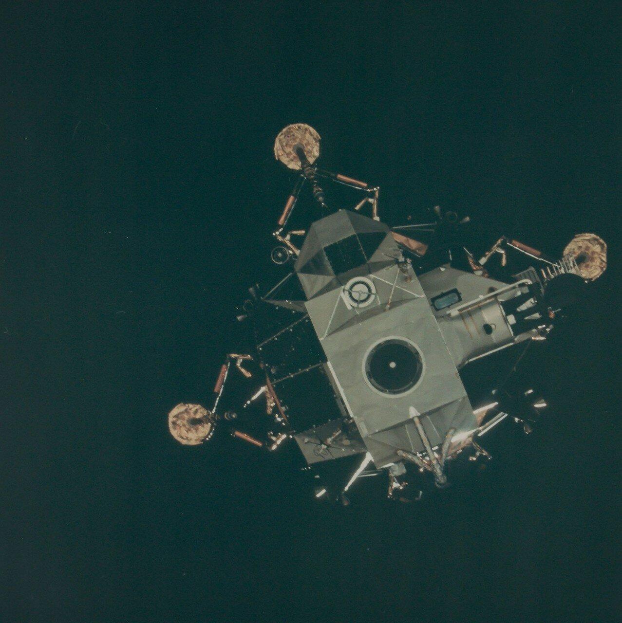 В начале четвёртого часа полёта начались операции по перестроению отсеков. При предыдущих полётах кораблей серии «Аполлон» эти операции обычно занимали около 25 минут, но в этот раз потребовалось  два часа. На снимке: Л.М. отделяется от Командного Модуля