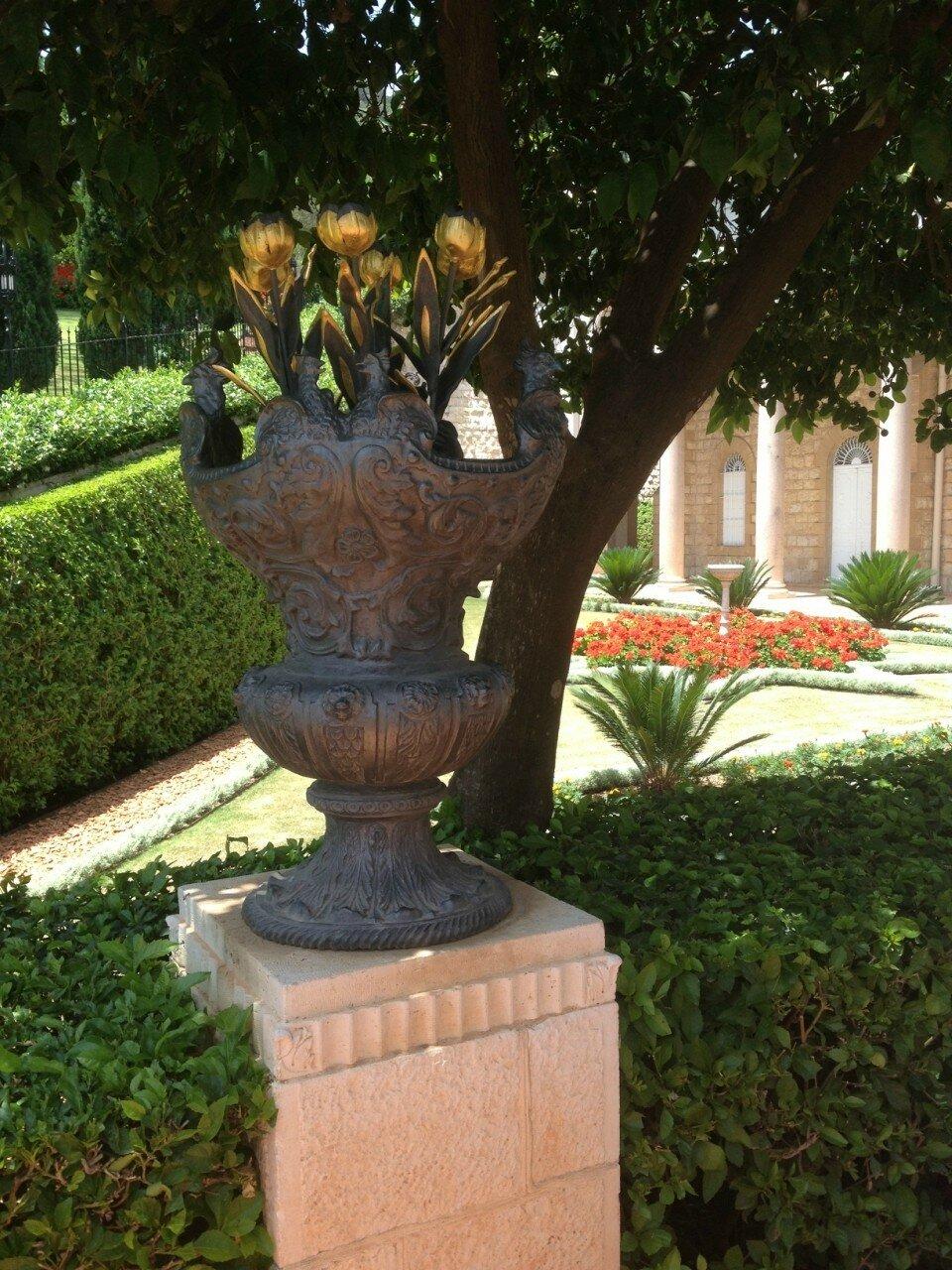 Цветы в вазе — символ красоты