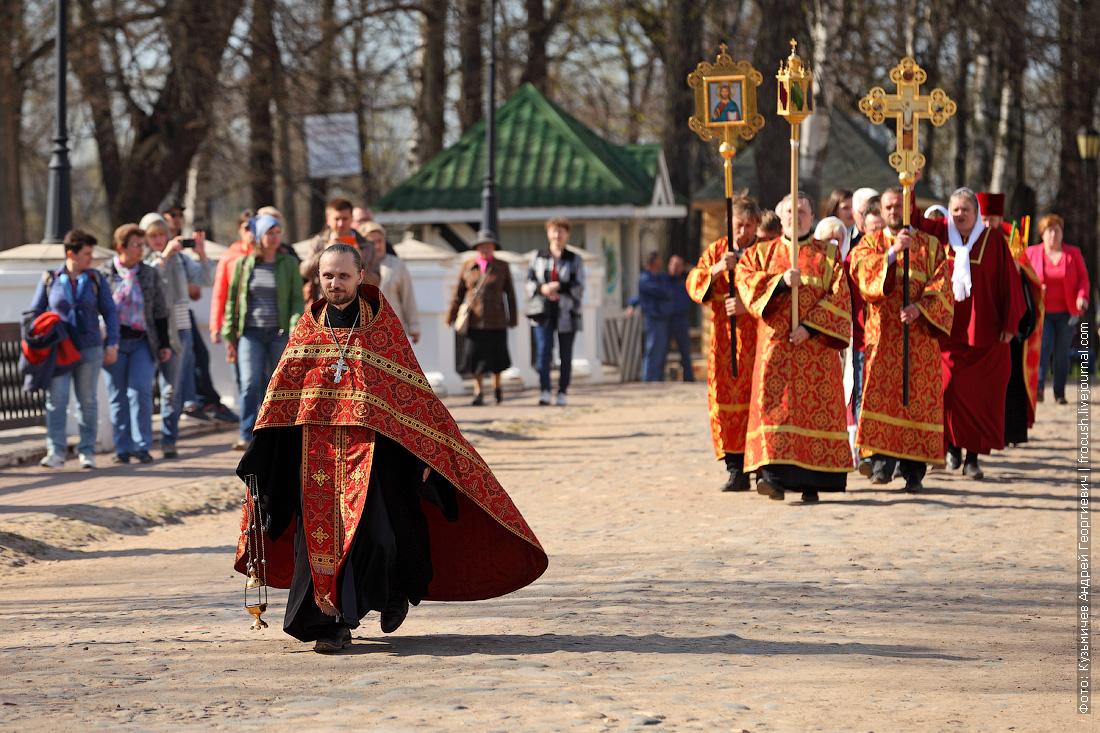 Углич колонны верующих стекаются к Успенской площади
