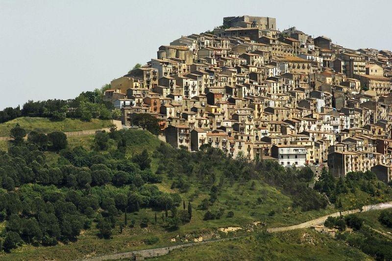 Итальянский городок, дома в котором продавали за 1 евро