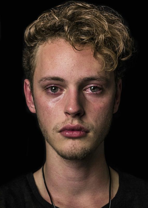 Парни не плачут? Фото о праве мужчины пустить слезу