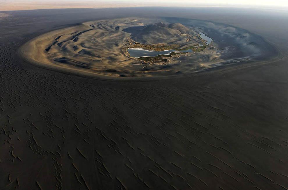 1. Вау-ан-Намус – спящий вулкан в окружении черного песка. (George Steinmetz)